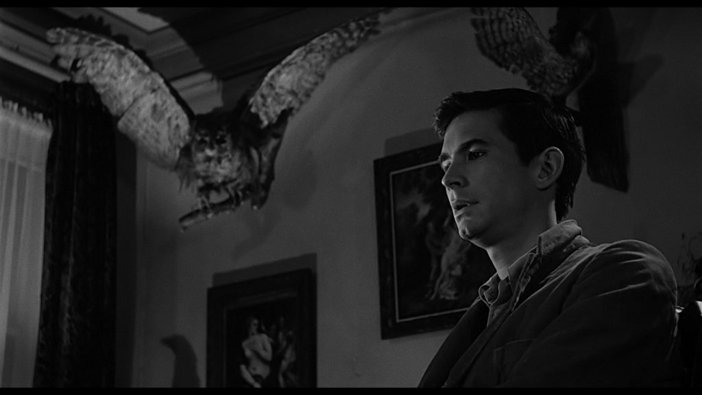 The parlour in psycho with menacing birds
